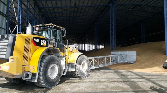Един от тракторите на Сигда ООД - транспортна фирма варна